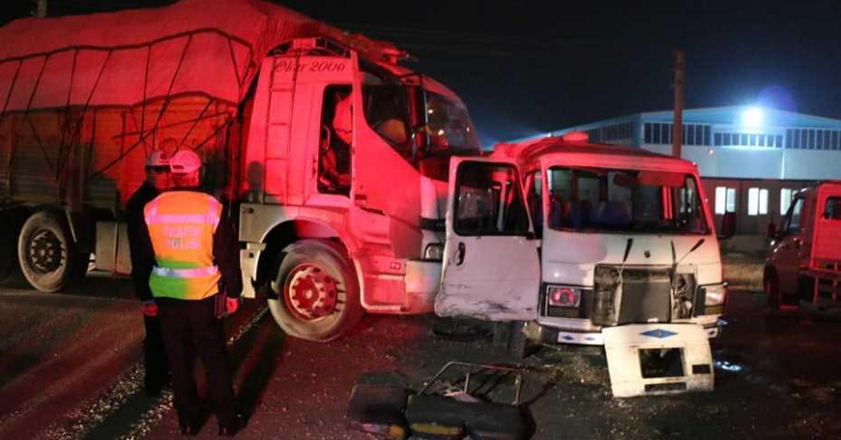 İşçileri Taşıyan Minibüs İle Kamyon Çarpıştı 17 Yaralı
