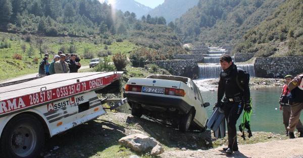 Çalıntı İhbarıyla Aranan Otomobil Gölette Bulundu