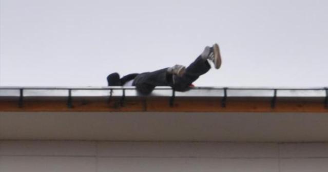 Paralarını Alamayan İşçiler PAÜ'nün Çatısına Çıktı