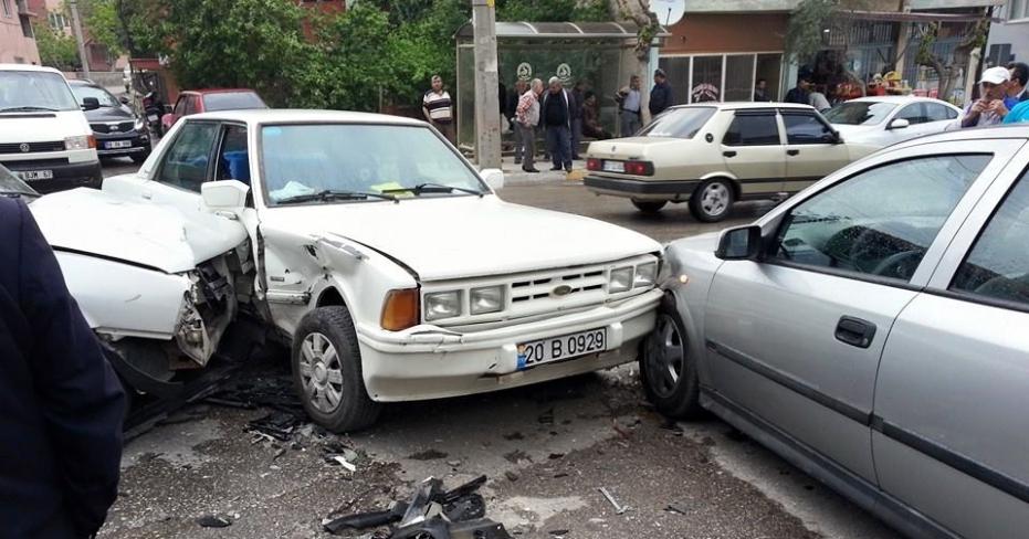 Bakırlı'da 3 Araç Birbirine Girdi