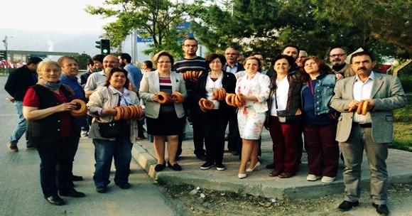 Denizli CHP'den İşçilere Simitli Kutlama