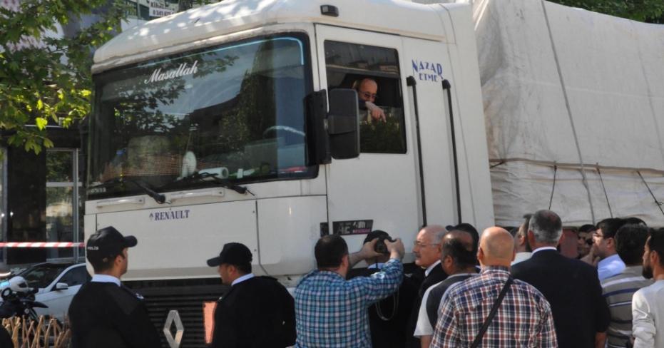 AK Parti Önündeki Tırda Kendisini Yakmak İstedi