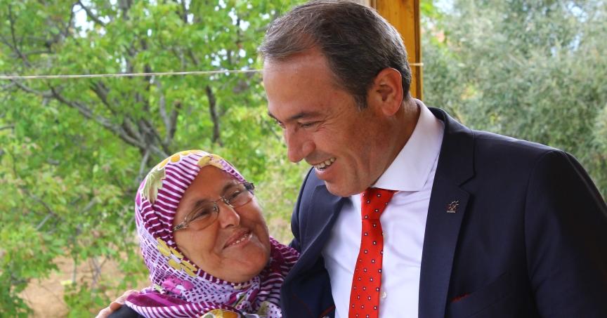 Tin, Siyasete Ara Verip Annesine Koştu