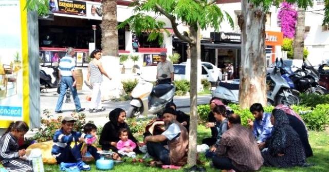 Türkiye'ye Sığınan Türkmenler Sokaklarda Sürünüyor