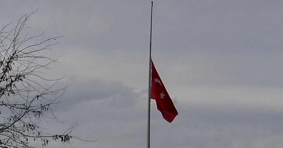 Bu Bayrak Neden Yarıya İndirildi?