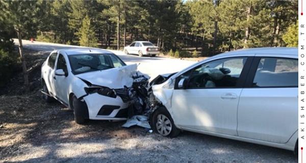 Araçlar Kafa Kafaya Girdi: 3 Yaralı