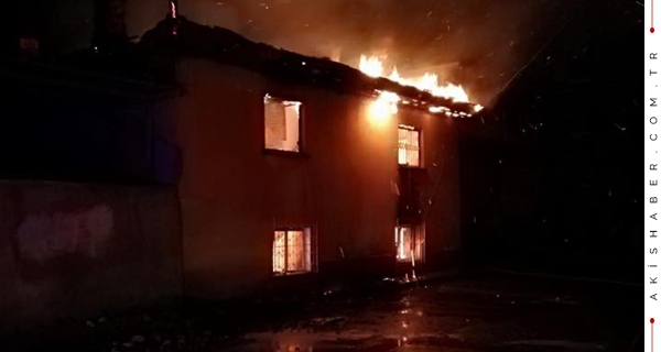 Alevler 2 Katlı Evi Yuttu