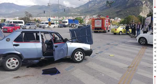Pamukkale'de 2 Araç Birbirine Girdi: 4 Yaralı
