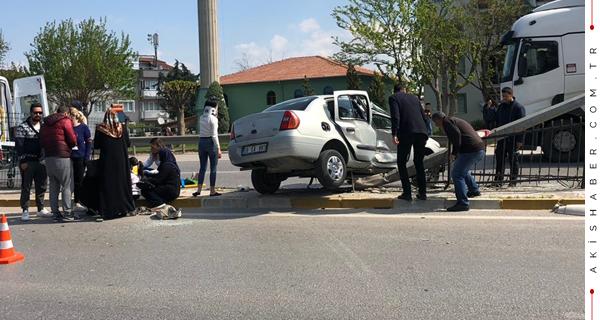 Kontrolden Çıkan Araç Direğe Girdi: 5 Yaralı