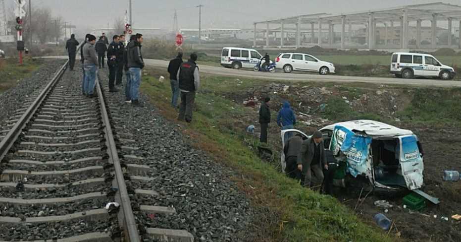 Yük Treni Kamyonete Çarptı 1 Yaralı!