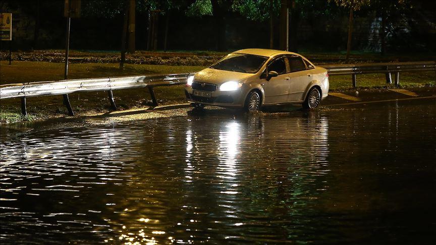 İstanbul'u gece saatlerinde fırtına ve yağış vurdu!
