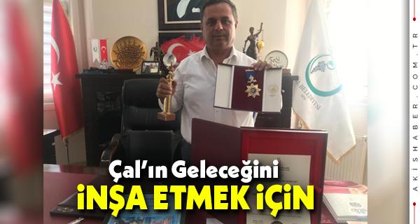 Başkan Akcan Ödüllerini Gösterdi
