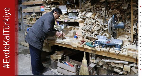 Tekstil Fabrikasında Marangozluk Öğretiyor