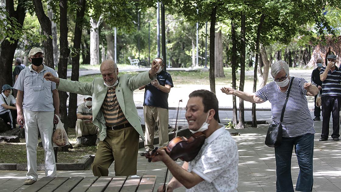 65 yaş üstü vatandaşlar yeniden sokakta